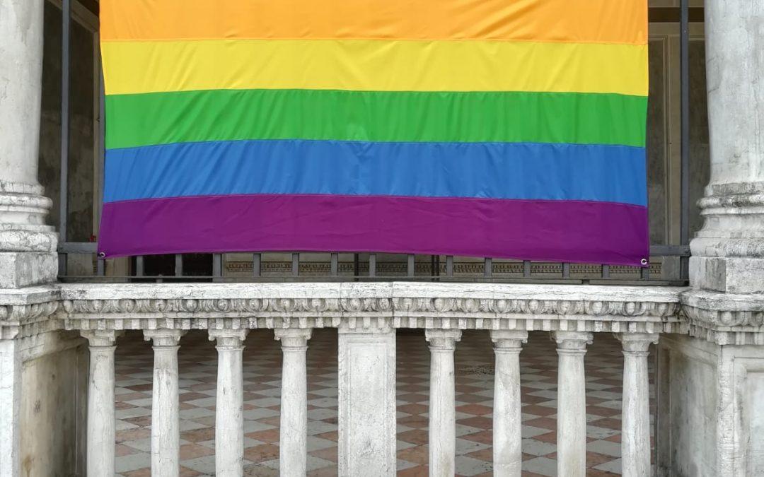 Rubata la Bandiera Arcobaleno del Pride